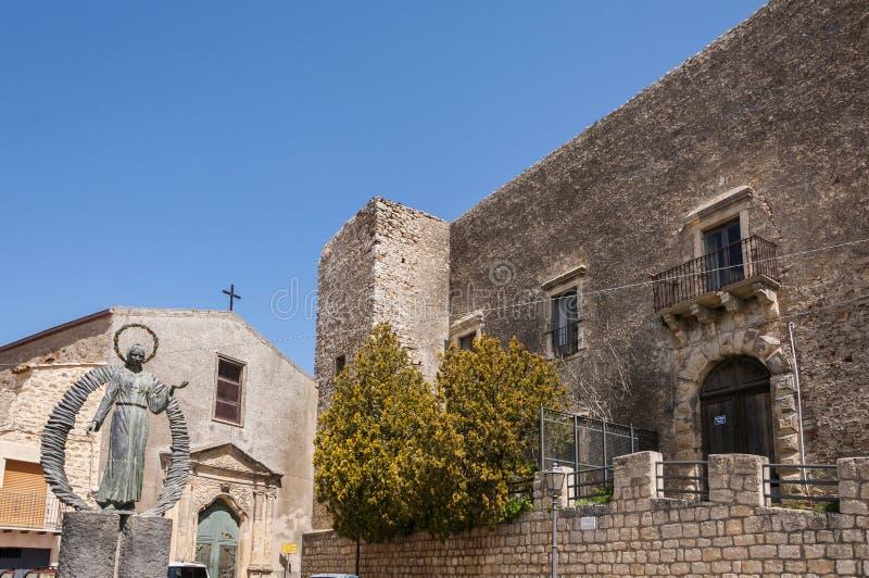 Kerk van Sant ` Antonio Abate en Kasteel van Ventimiglia royalty-vrije stock foto's