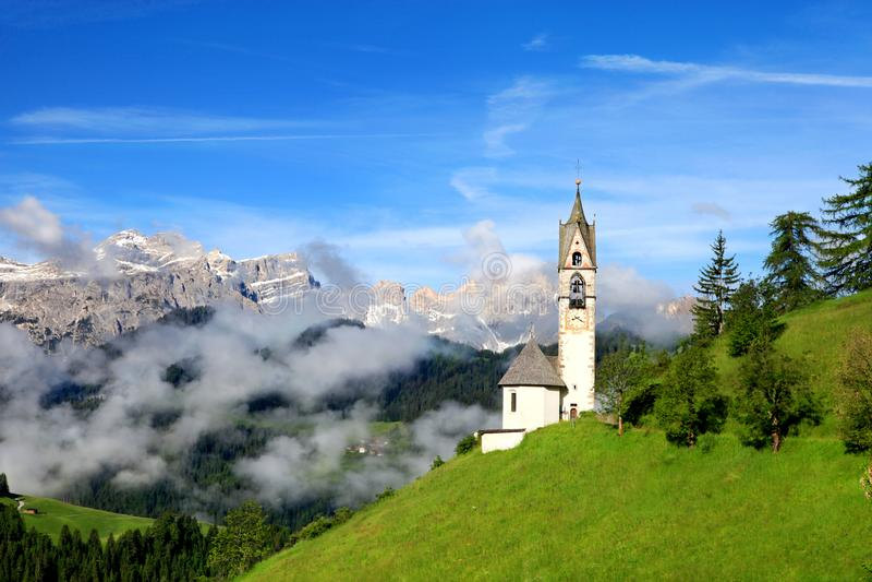 Kerk van Santa Barbara in La Valle, Dolomiet, Italië royalty-vrije stock afbeeldingen