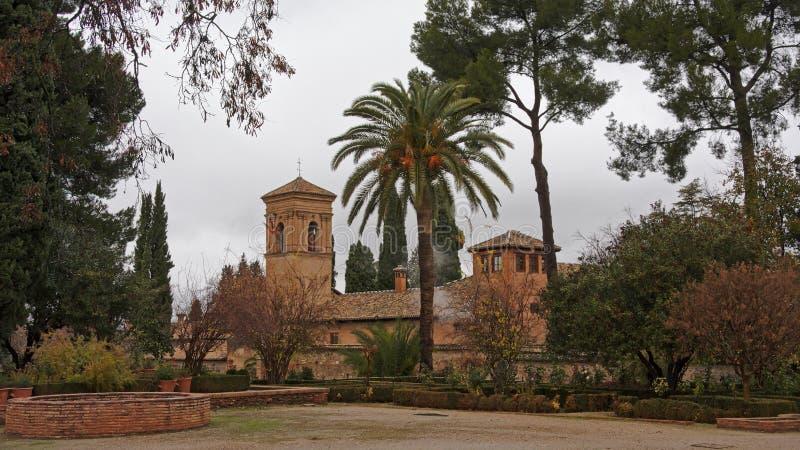 Kerk van Santa Maria de Alhambra, in Jardins del Paraiso tuin, Granada, Spanje, op een bewolkte dag stock foto's