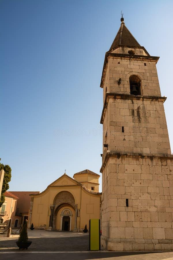 Kerk van Santa Sofia en zijn klokketoren in Benevento Italië stock afbeeldingen