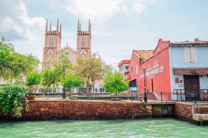 Kerk van St Francis Xavier en kanaal in Malacca, Maleisië stock foto's