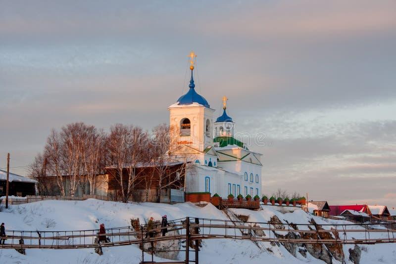 Kerk van St George bij zonsondergang in het dorp stock afbeelding