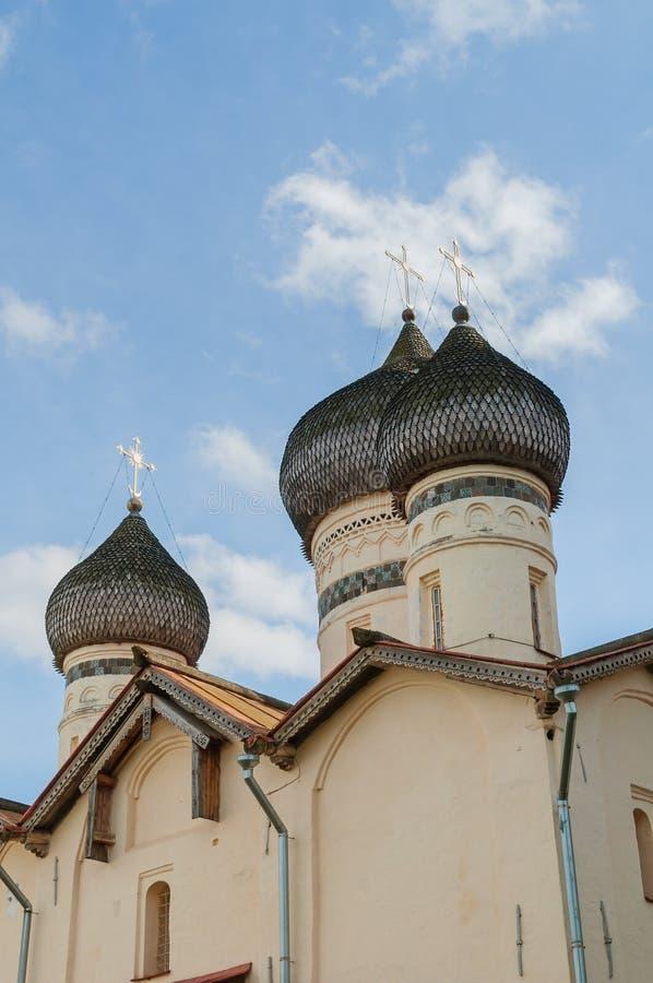 Kerk van St Theodore Stratilates op de Shirkov-straat in Veliky Novgorod, Rusland - close-up van koepels royalty-vrije stock fotografie