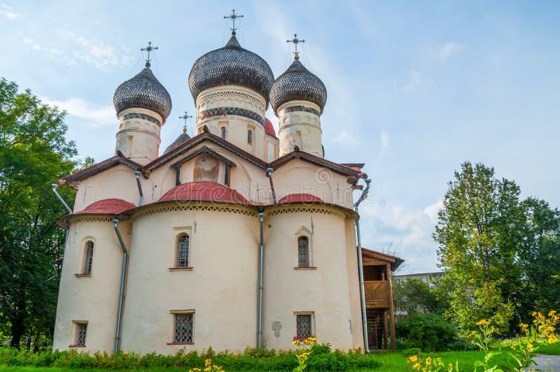 Kerk van St Theodore Stratilates op de Shirkov-straat in Veliky Novgorod, Rusland - de mening van de voorgevelarchitectuur stock fotografie