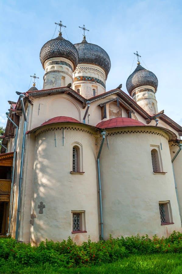 Kerk van St Theodore Stratilates op de Shirkov-straat in Veliky Novgorod, Rusland - voorgevel verticale mening royalty-vrije stock foto's