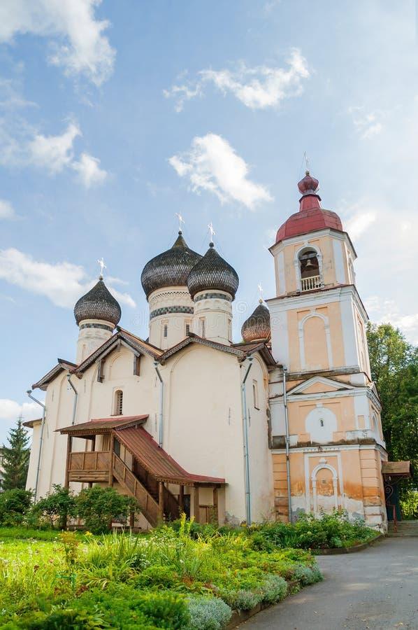 Kerk van St Theodore Stratilates op de Shirkov-straat in Veliky Novgorod, Rusland - voorgevelmening in de zomer zonnige dag stock fotografie