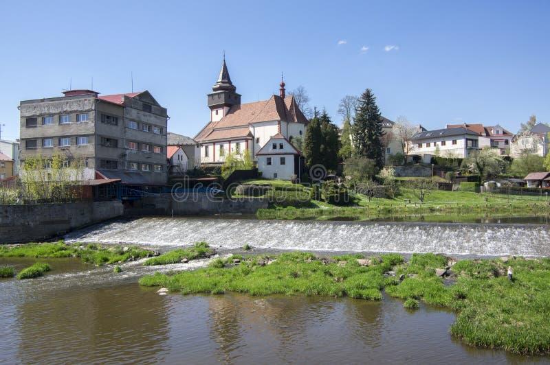 Kerk van St Wenceslas in nad van stadssvetla Sazavou, klokketoren, groen en blauwe hemel, rivier Sazava royalty-vrije stock foto's