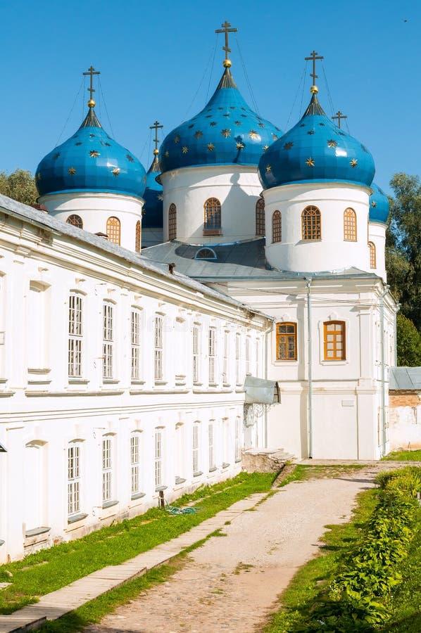 Kerk van Verheffing van het Kruis in Orthodox Yuriev-Klooster in Veliky Novgorod, Rusland stock fotografie
