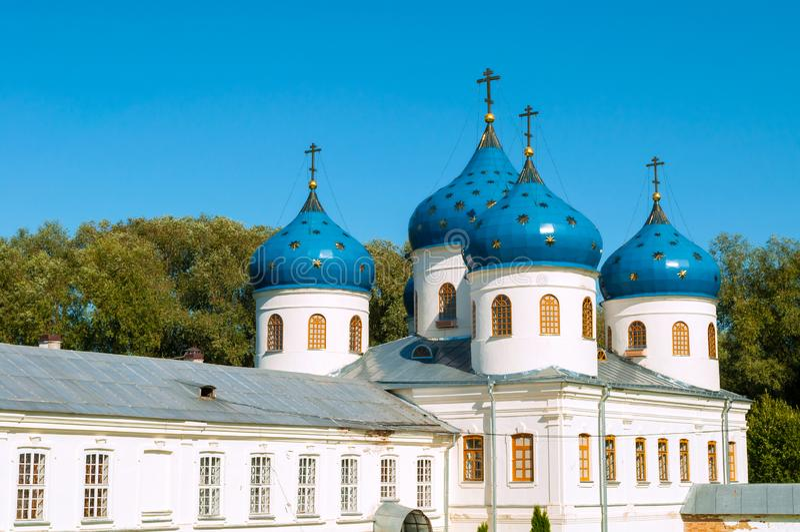 Kerk van Verheffing van het Kruis in Russisch orthodox Yuriev-Klooster in Veliky Novgorod - close-up stock afbeelding