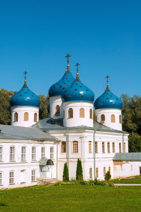 Kerk van Verheffing van het Kruis in Russisch orthodox Yuriev-Klooster in Veliky Novgorod, Rusland stock fotografie