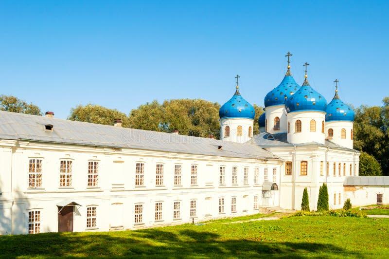 Kerk van Verheffing van het Kruis in Russisch orthodox Yuriev-Klooster in Veliky Novgorod, Rusland De mening van de zomer stock afbeelding