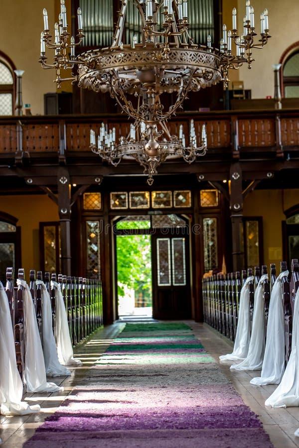 Kerk voor huwelijksceremonie die wordt verfraaid stock fotografie