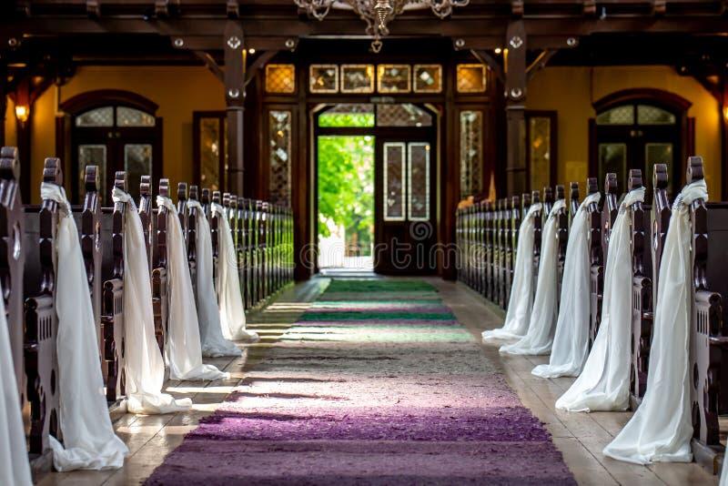 Kerk voor huwelijksceremonie die wordt verfraaid royalty-vrije stock fotografie