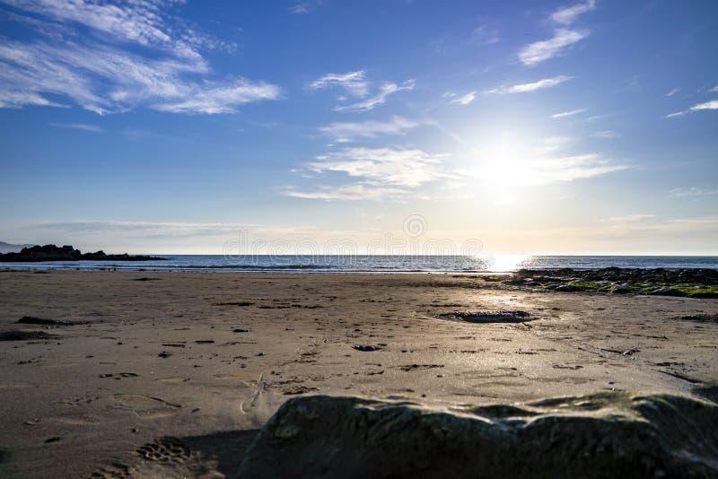 Kerkbaai in Anglesey-Noord-Wales het UK tijdens zonsondergang royalty-vrije stock foto's