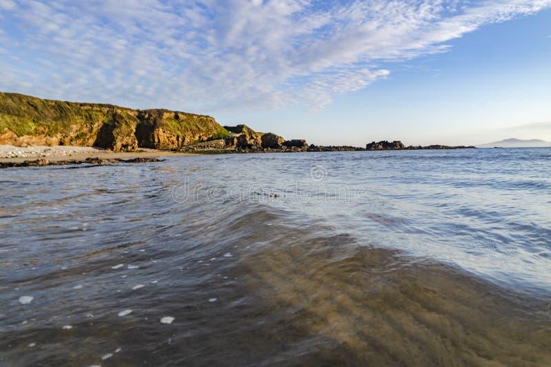 Kerkbaai in Anglesey-Noord-Wales het UK tijdens zonsondergang royalty-vrije stock foto