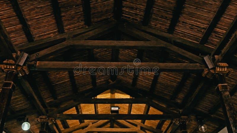 kerkbinnenland met houten structuur en traditioneel dak royalty-vrije stock afbeeldingen