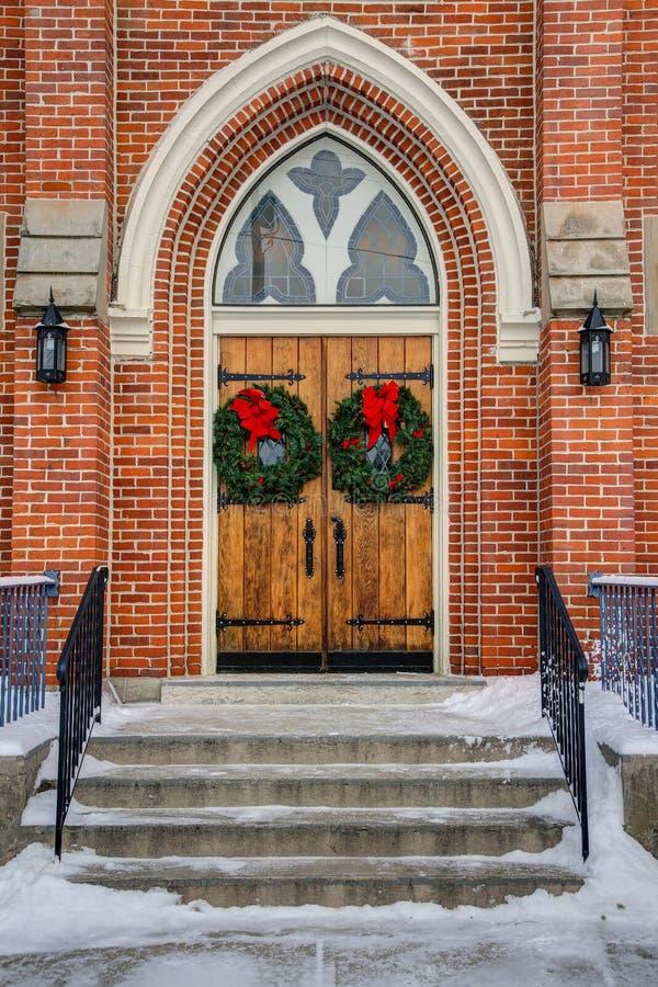 Kerkdeuren met kronen stock afbeelding