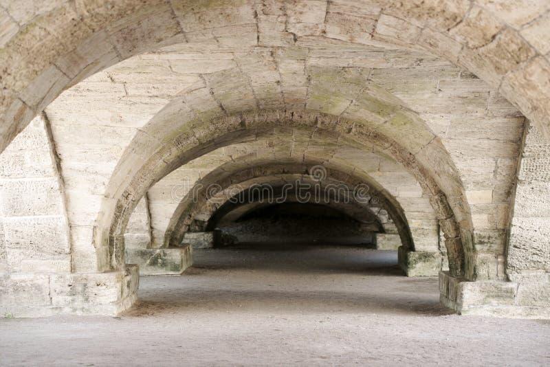 kerker lage gewelfde plafonds in de kelderverdieping royalty-vrije stock afbeelding