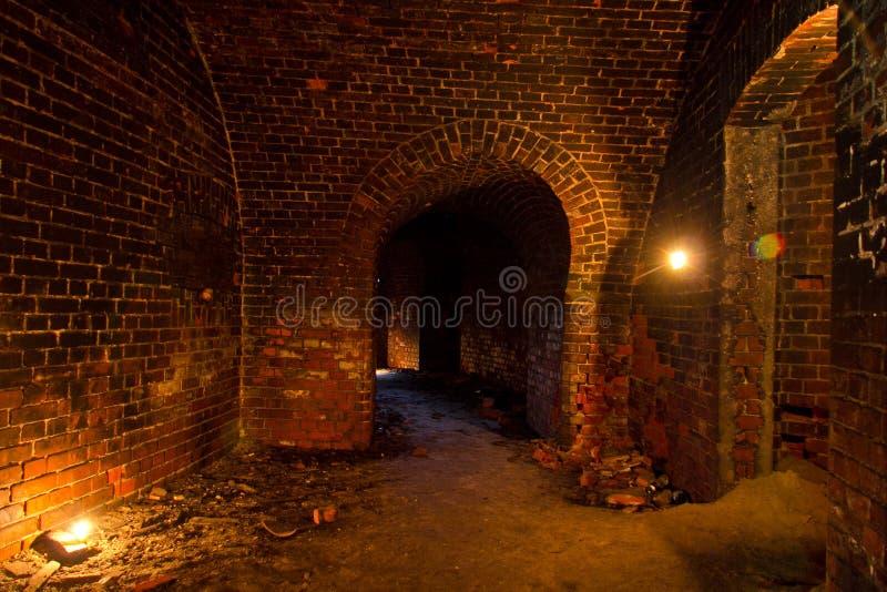 Kerker onder de oude Pruisische die vesting door kaarsen, Kaliningrad wordt verlicht stock afbeeldingen