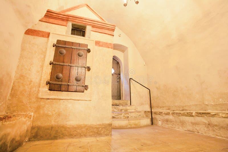 Kerker op een oude synagoge met vervaardigde oude blinden stock foto's