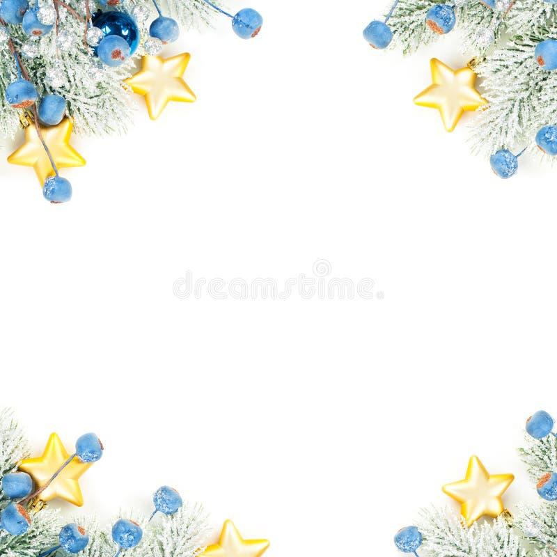 Kerkercomposiethoek bovenaanzicht Kleurrijke winterachtergrond met groene kerstboompruik, blauwe versiering en gouden sterren stock fotografie