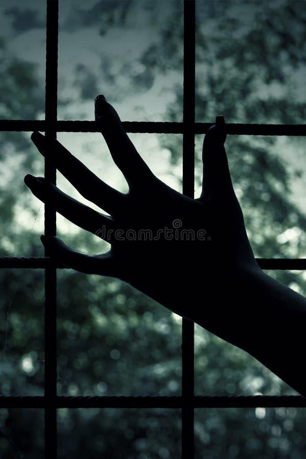 Kerkerfenster und -hand Öffnen Sie Einsteigeloch mit Ablichtung nach innen auf checkered Oberfläche stockbild