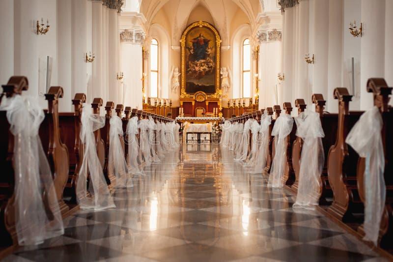 Kerkheiligdom vóór een huwelijksceremonie royalty-vrije stock afbeelding
