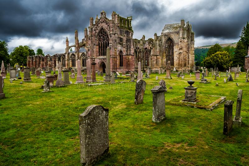 Kerkhof en Ruïnes van Melrose Abdij in Schotland royalty-vrije stock afbeelding