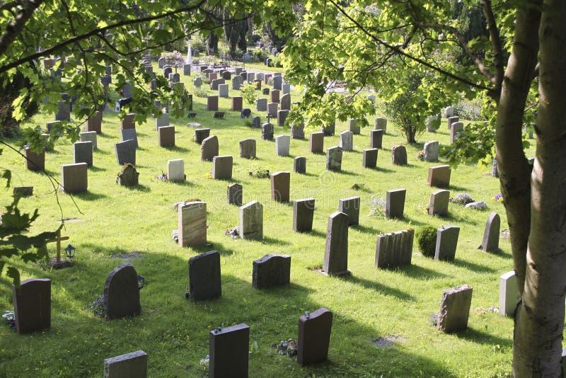 Kerkhof met grafstenen royalty-vrije stock afbeeldingen