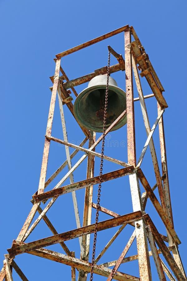 Kerkklok en roestige klokketoren op een blauwe hemelachtergrond stock fotografie