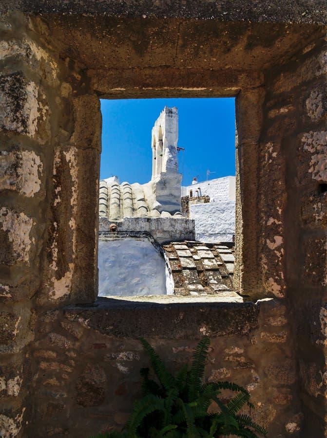 Kerkklokketoren die door venster wordt ontworpen royalty-vrije stock foto's