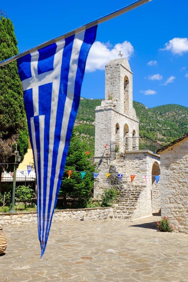 Kerkklokketoren en Griekse vlag op het Eiland Ioannina, meer royalty-vrije stock afbeeldingen