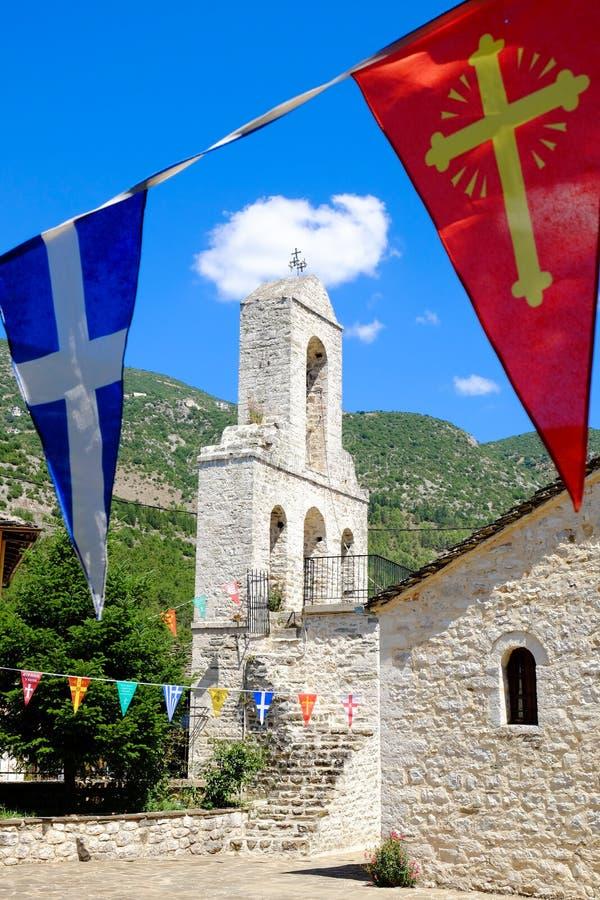 Kerkklokketoren en vlaggen op het Eiland Ioannina, meer Ioan royalty-vrije stock foto