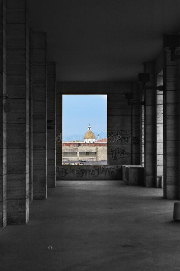 Kerkkoepel door een zwart-witte colonnade wordt ontworpen die stock foto's