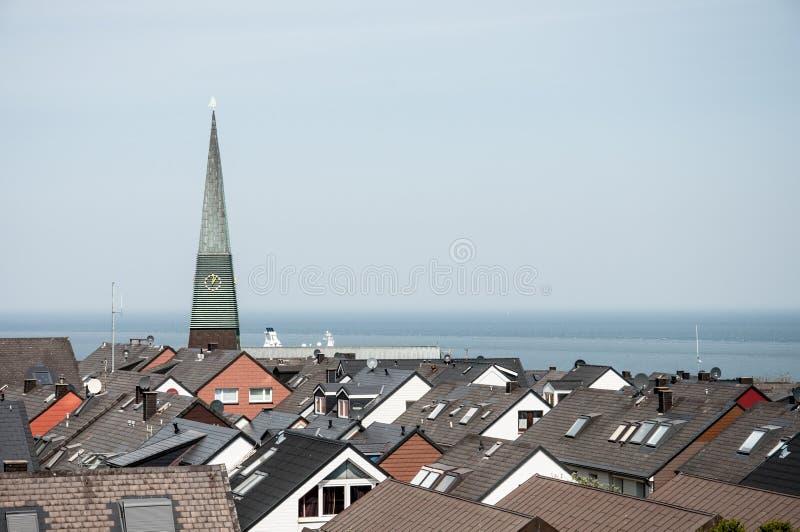 Kerkspits en daken stock afbeeldingen