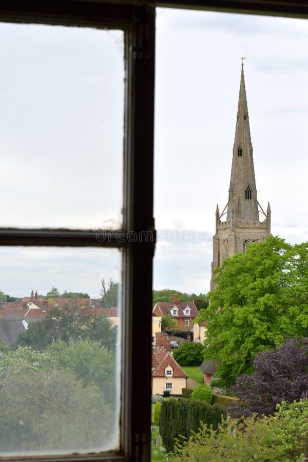 Kerkspits van Antiek venster stock afbeeldingen