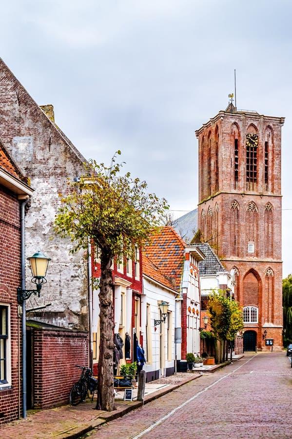 Kerktoren in de 14de eeuw Nederlandse visserij van Elburg in het hart van Nethe stock afbeelding