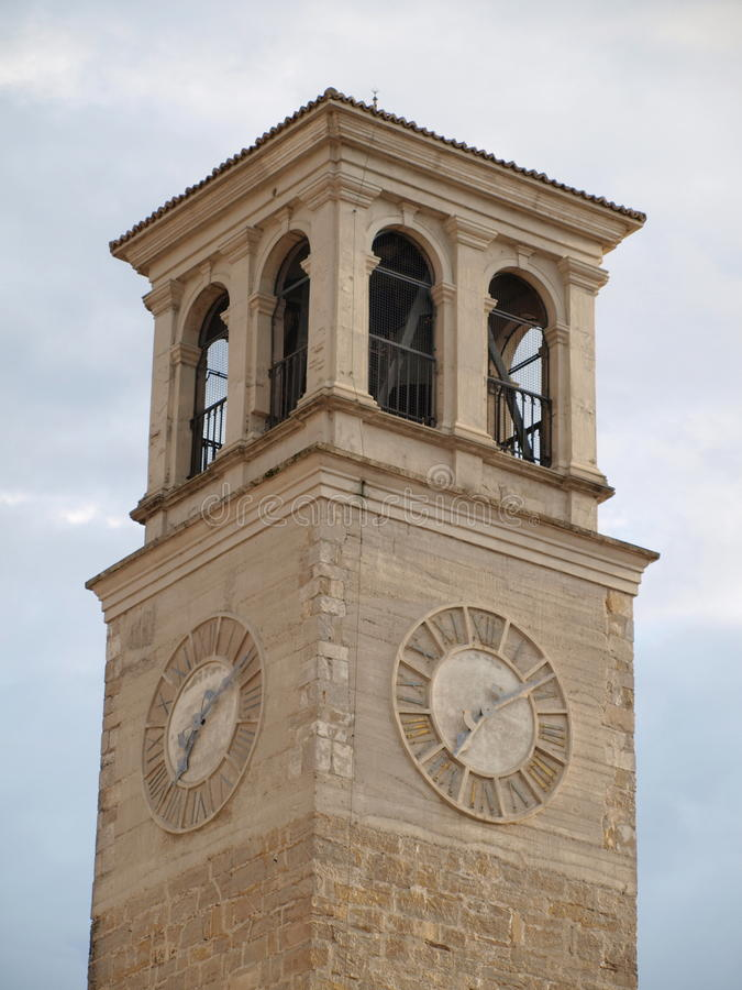Kerktoren, de stad Tarcento stock afbeelding
