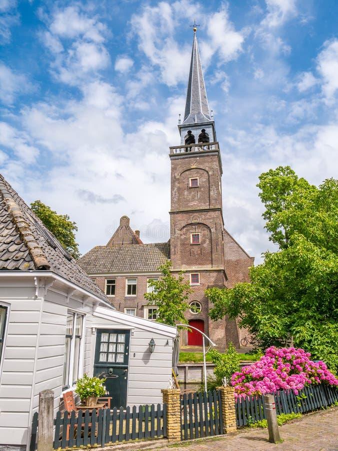 Kerktoren en een deel van blokhuis in historische oude stad van Br stock fotografie