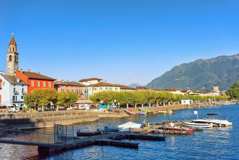 Kerktoren en kleurrijke architectuur van Ascona royalty-vrije stock afbeelding
