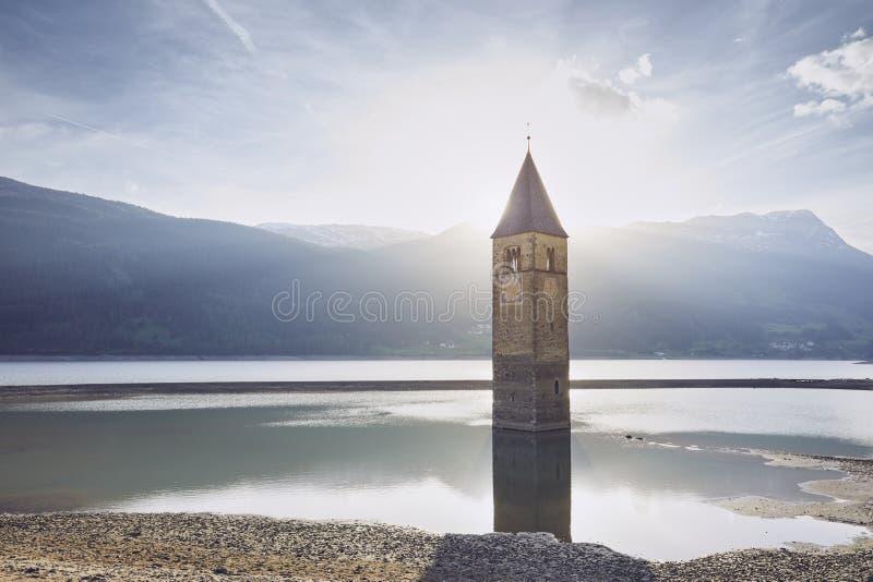 Kerktoren in meer stock foto's