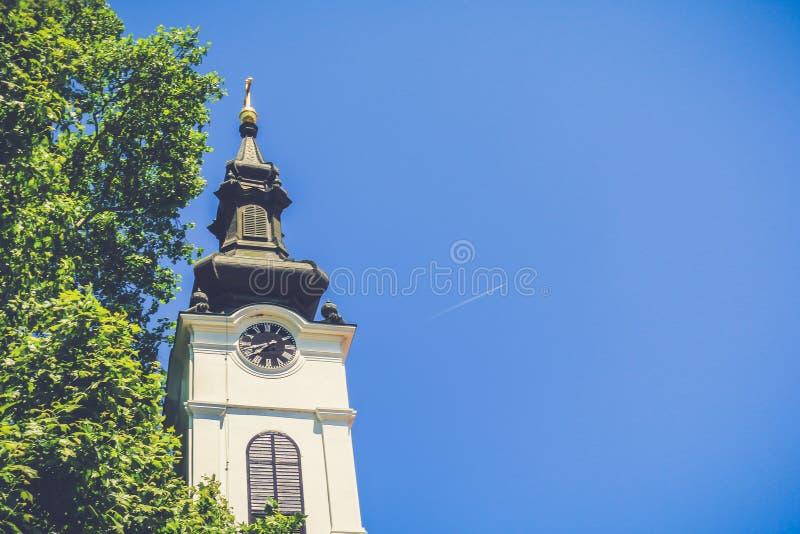 Kerktoren met blauwe hemel en exemplaarruimte stock afbeelding