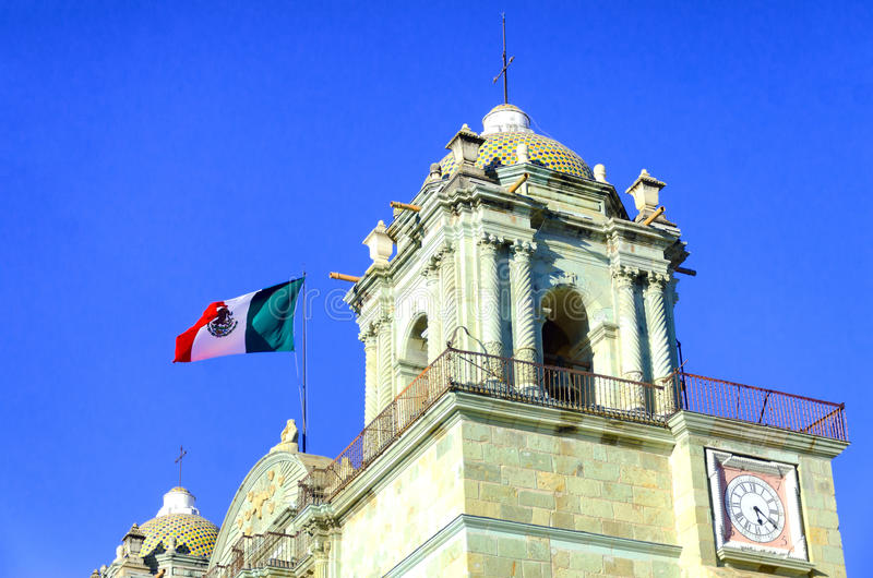 Kerktoren met Vlag in Oaxaca stock foto's