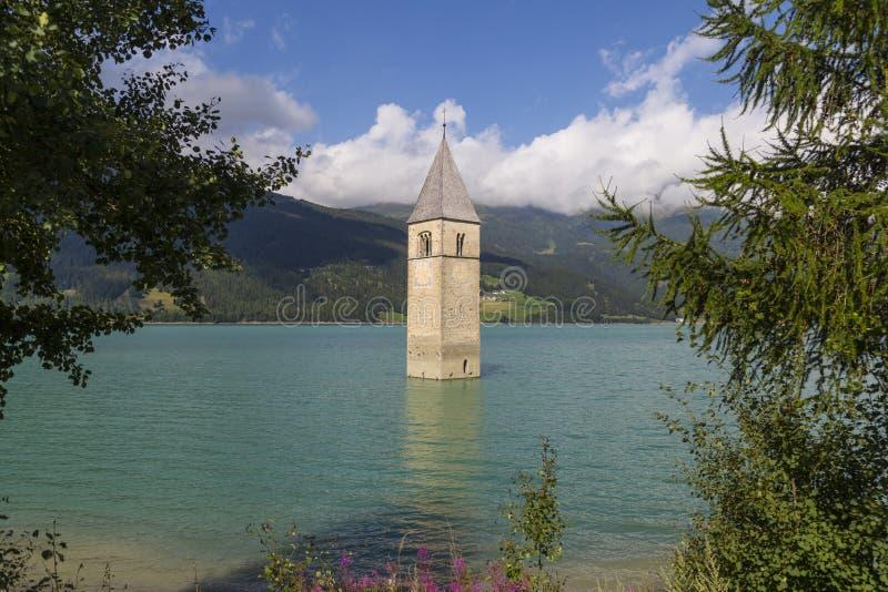 Kerktoren in Resia Lake, Italië Bergen van Zuiden Tyr stock fotografie