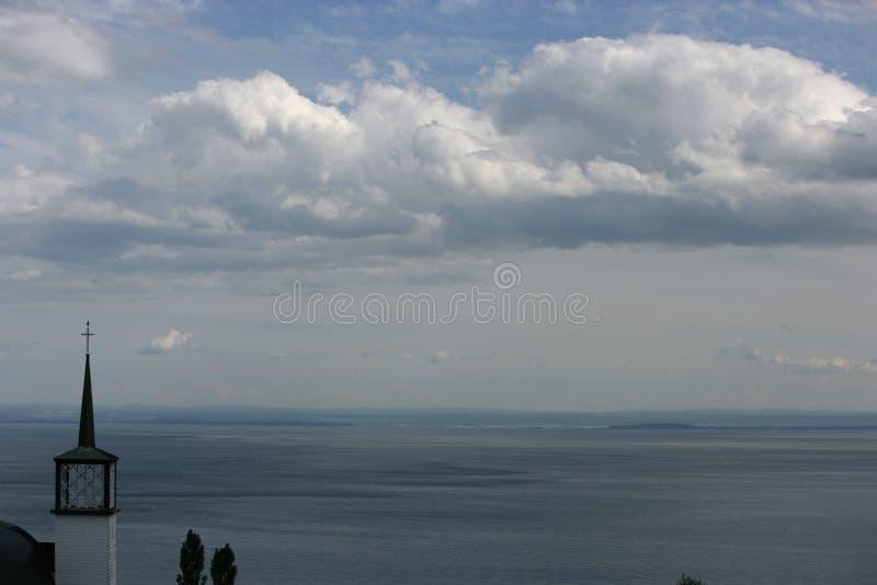 Kerktorenspits op de overzeese kust stock fotografie