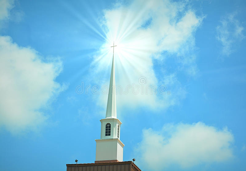 Kerktorenspits in wolken royalty-vrije stock afbeelding