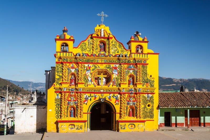 Kerkvoorgevel in de stad van San Andres Xecul stock foto's
