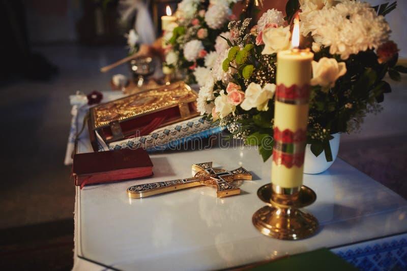 Kerkwerktuig, huwelijkskronen op een altaar, kruis en de Bijbel op lijstceremonie Godsdienstige punten royalty-vrije stock foto's