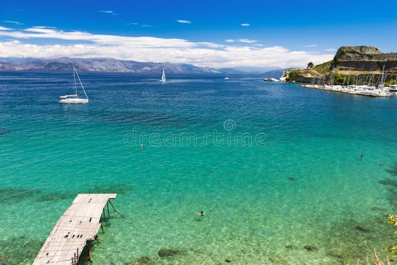 Kerkyra海湾的,科孚岛镇,清楚的水看法 库存照片