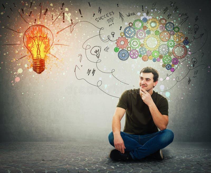 Kerl auf dem Bodenideenkonzept, positives Denken stockbild